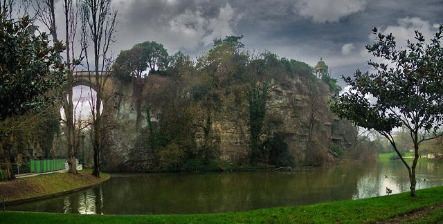 LA ZAD EN L'ÉTROIT TERRITOIRE - L'OUTRE-RÉEL IV.2 Buttes_chaumont_pano_pont